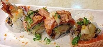 炙燒鮭魚生魚片,包著Q香壽司飯,口感滿分!